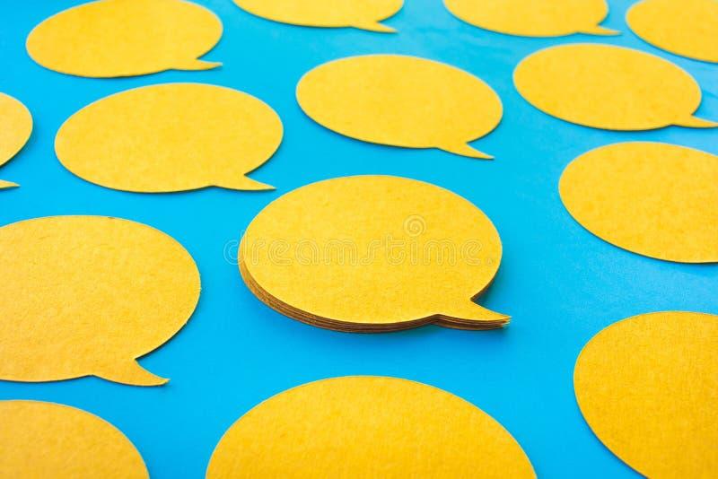 Chiacchierata gialla, icone del fumetto sul fondo blu di colore Parlando e messaggio per i concetti sociali di media immagini stock