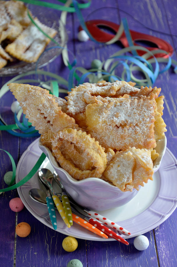 Chiacchiere, carnevale ha fritto le pasticcerie Fine in su fotografia stock