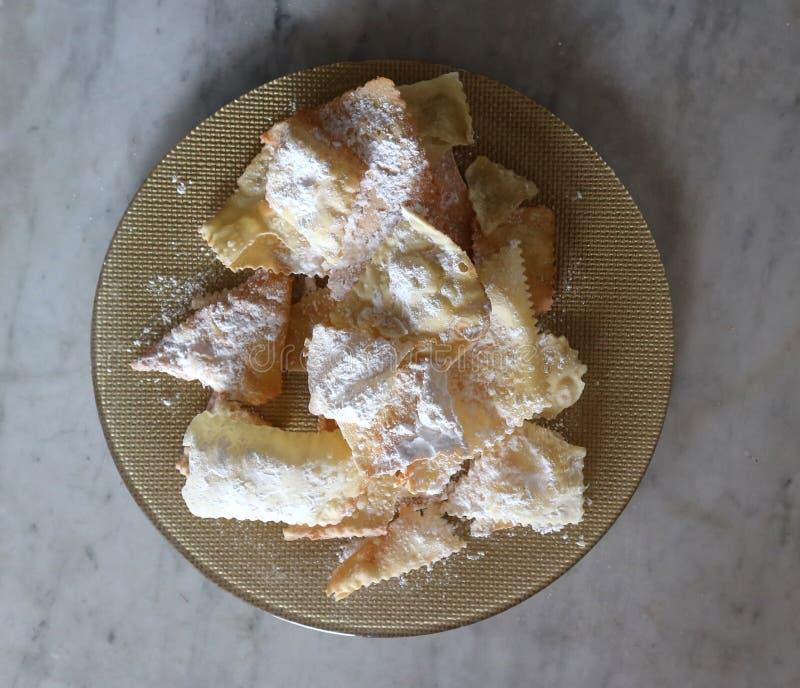 Chiacchiere of Crostoli, Italiaans traditioneel zoet kernachtig gebakje, gegeten hoofdzakelijk tijdens Carnaval-tijd stock fotografie