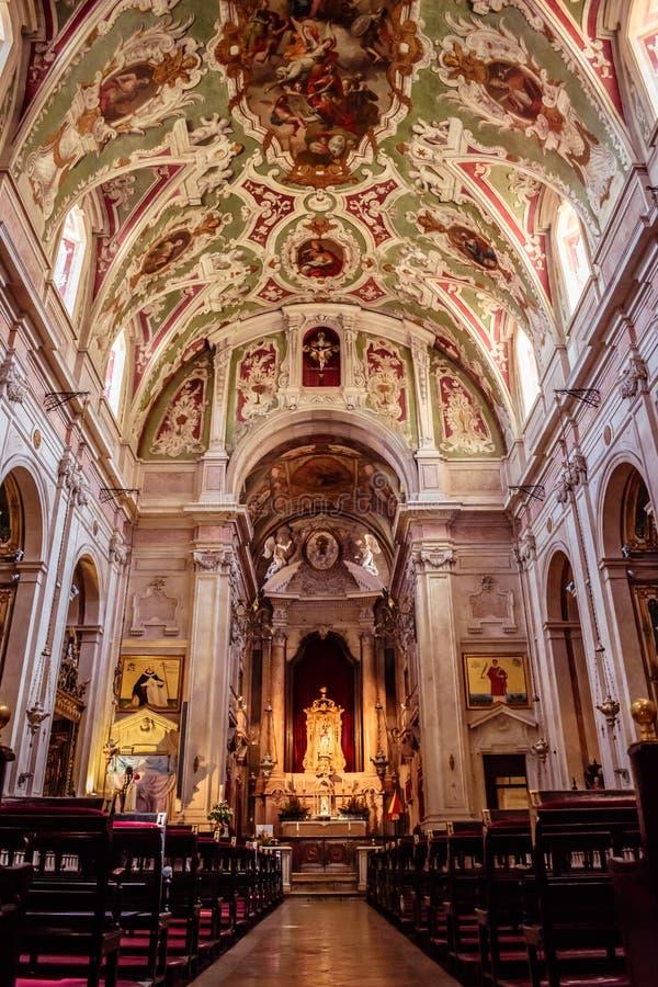 Chiado, Lissabon Portugal - 3 Mei 2018 - Binnenperspectief van de Kerk van Onze Dame van de Martelaren - het ontwerpen van de bel stock afbeeldingen