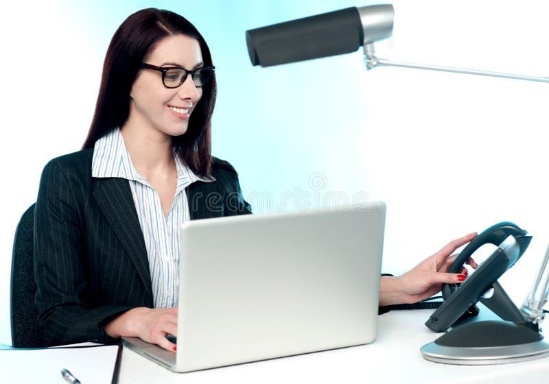 Chiamata di telefono di risposta della segretaria femminile immagine stock