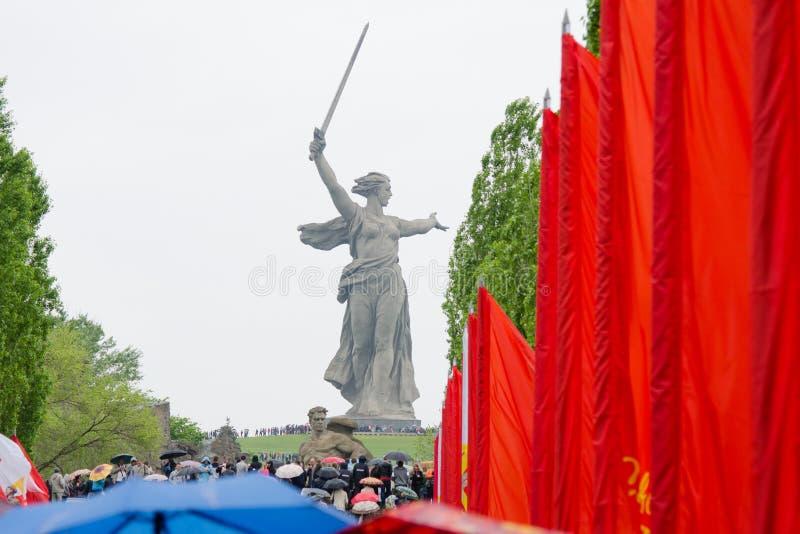 Chiamate della patria della scultura, con le bandiere rosse dalla destra immagini stock libere da diritti