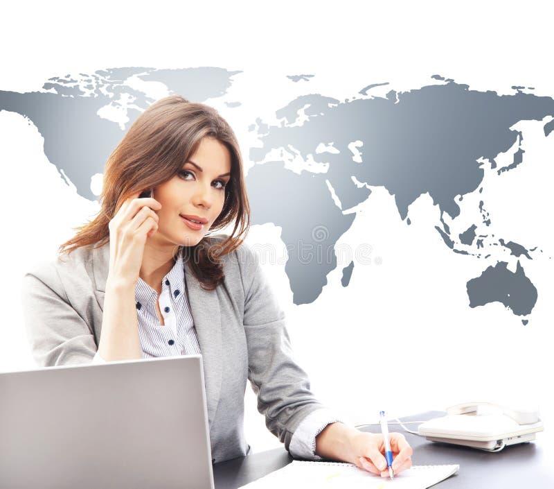Chiamate internazionali di risposta della bella donna di affari immagini stock