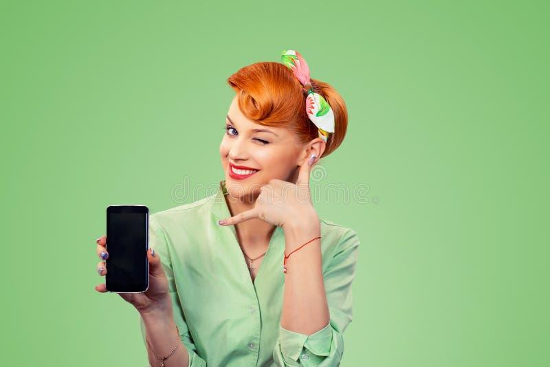 Chiamilo segno Pin sulla ragazza di stile con il telefono fotografia stock libera da diritti