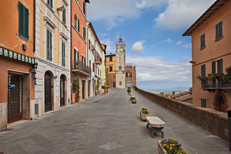 Chianciano Terme, Σιένα, Τοσκάνη, Ιταλία: πανοραμική οδός στην παλαιά πόλη στοκ εικόνες