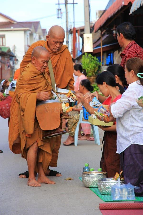 Chiang Khan med buddisten arkivbild