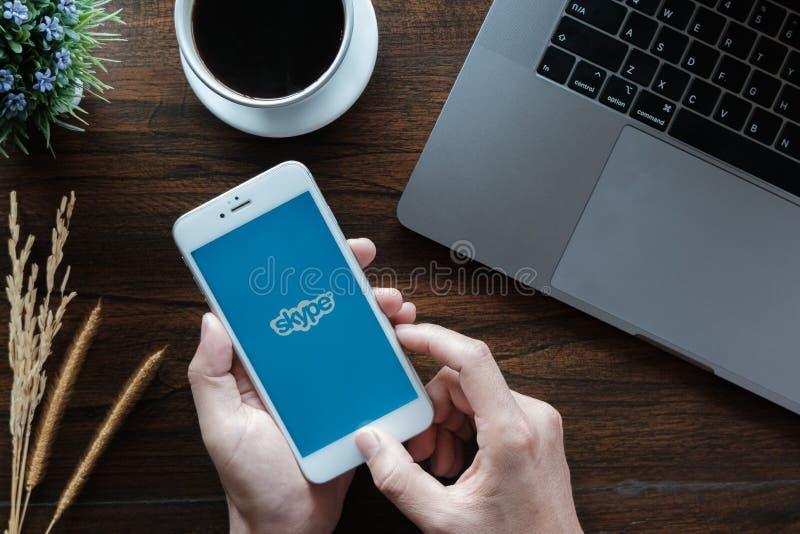 CHIANG MAI, ΤΑΪΛΆΝΔΗ - 20 Ιανουαρίου 2019: Αρσενικό iphone 6s εκμετάλλευσης με το skype apps Το Skype είναι μέρος της Microsoft,  στοκ φωτογραφία