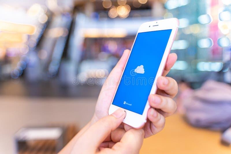 CHIANG MAI, ΤΑΪΛΆΝΔΗ - μπορέστε 10,2019: Το iPhone 6S της Apple εκμετάλλευσης γυναικών αυξήθηκε χρυσός με OneDrive στην οθόνη στο στοκ φωτογραφίες με δικαίωμα ελεύθερης χρήσης