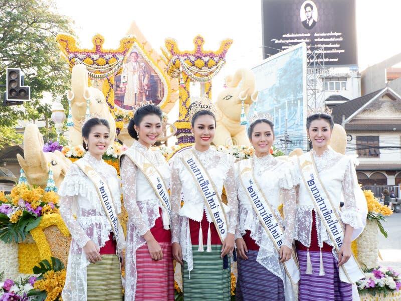 CHIANG MAI, ΤΑΪΛΆΝΔΗ 4 ΦΕΒΡΟΥΑΡΊΟΥ: Η Δεσποινίς Chiangmai το 2017 στα λουλούδια διακοσμεί το αυτοκίνητο στο ετήσιο 41ο φεστιβάλ λ στοκ εικόνες με δικαίωμα ελεύθερης χρήσης