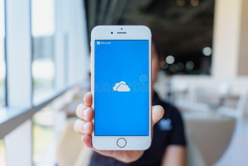 CHIANG MAI, ΤΑΪΛΆΝΔΗ - 22,2018 FEB: Το iPhone 6S της Apple εκμετάλλευσης γυναικών αυξήθηκε χρυσός με το iCloud στην οθόνη iCloud  στοκ εικόνες