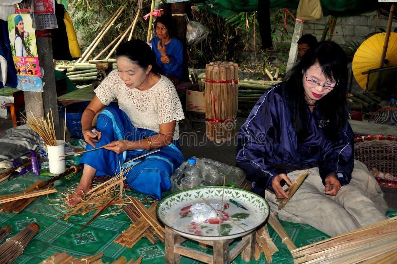 Chiang Mai, Таиланд: Женщины делая парасоли стоковая фотография