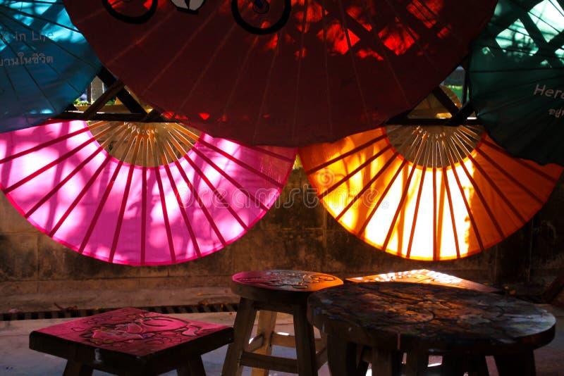 CHIANG MAI BO ŚPIEWAŁ, TAJLANDIA, GRUDZIEŃ - 15 2018: Fabryka dla ręcznie robiony bambusowych i papierowych parasoli obraz stock
