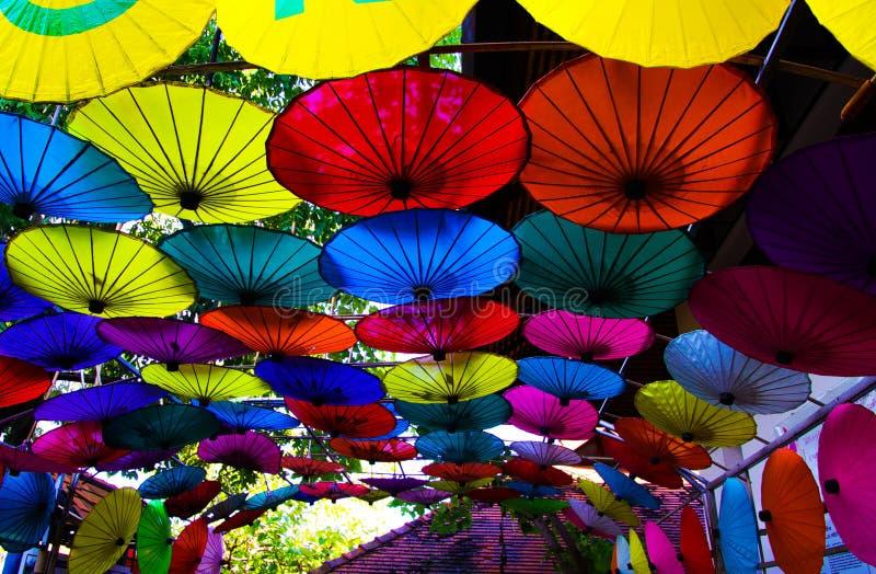 CHIANG MAI BO CANTOU, TAILÂNDIA - 15 DE DEZEMBRO 2018: Fábrica para o bambu feito à mão e os guarda-chuvas de papel fotos de stock royalty free