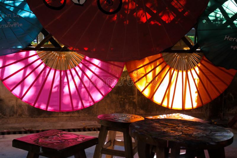 CHIANG MAI BO SANG, THAILAND - 15. DEZEMBER 2018: Fabrik für handgemachten Bambus und Papierregenschirme stockbild