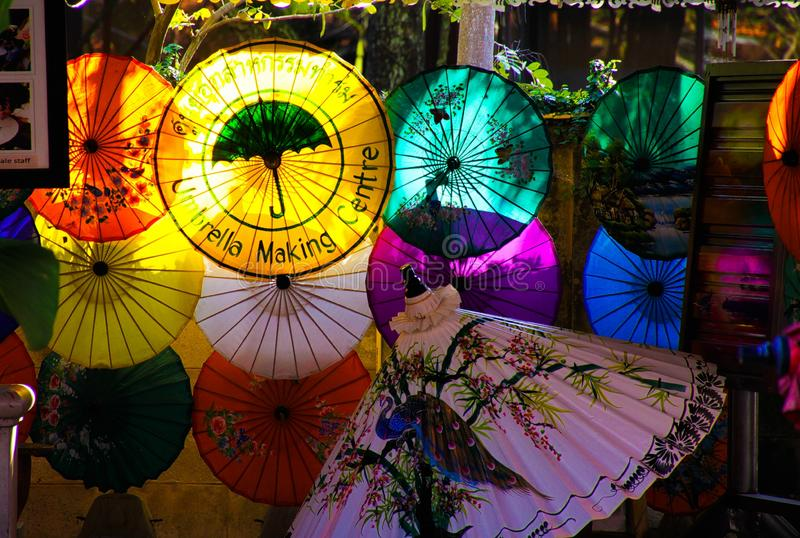 CHIANG MAI BO ZONG, THAILAND - DECEMBER 15 2018: Fabriek voor hand - gemaakte bamboe en document paraplu's die in middagzon gloei stock afbeelding