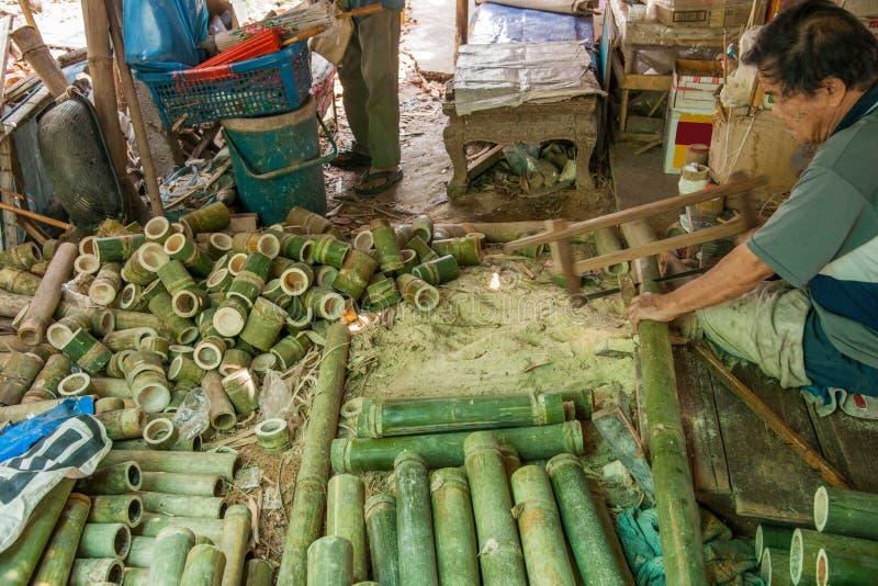 Chiang Mai, met de hand gemaakt de paraplu makend proces van Thailand stock fotografie