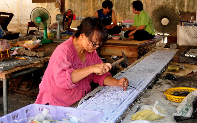 Chiang Mai, Tailândia: Craftswoman em Wat tailandês fotos de stock
