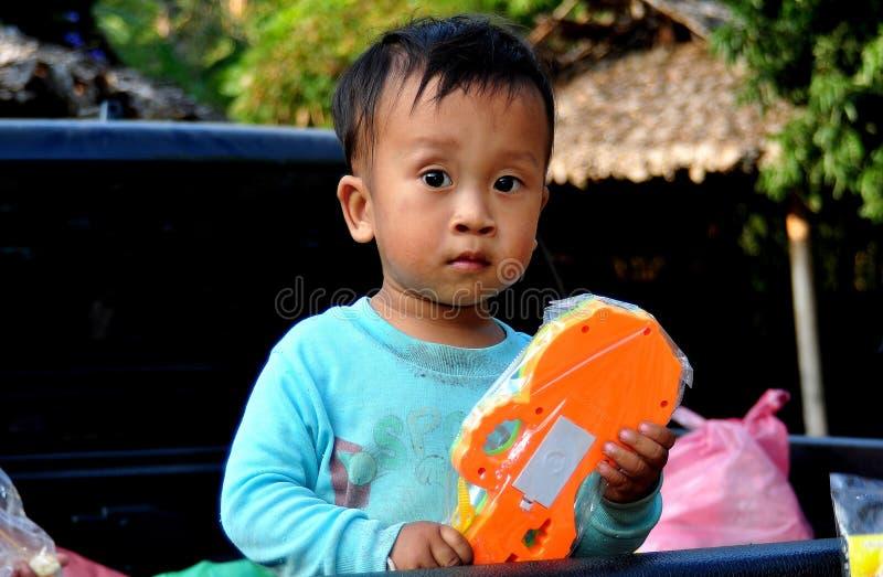 Chiang Mai, Tailândia: Criança tailandesa com brinquedo imagens de stock
