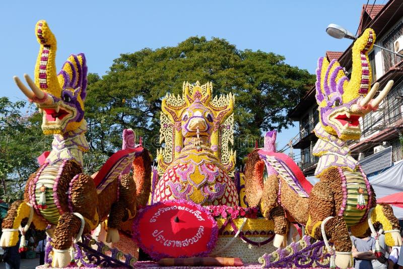 CHIANG MAI, TAILÂNDIA 4 DE FEVEREIRO: Os carros da parada são decorados com muitos tipos diferentes das flores no anuário 41th Ch imagem de stock royalty free
