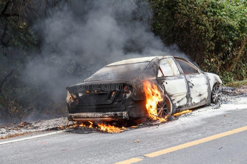 CHIANG MAI, TAILÂNDIA - 1º DE JANEIRO: Fogo do carro devido a um explosi do gás fotos de stock