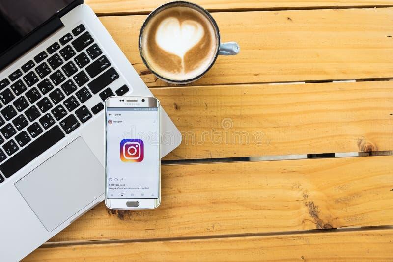 CHIANG MAI, TAILÂNDIA - 12 DE MAIO DE 2016: Aplicação nova de Instagram do logotipo da captura de tela usando a borda da galáxia  imagens de stock