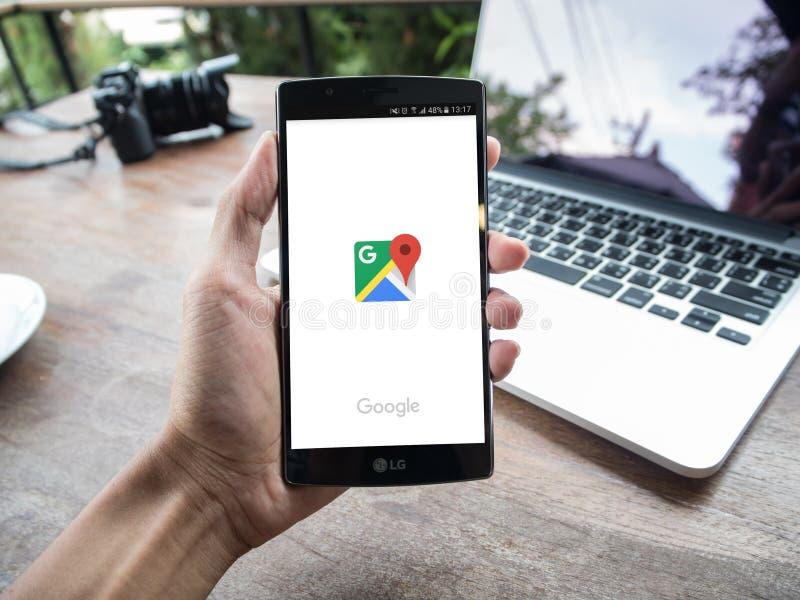 CHIANG MAI, TAILÂNDIA - 2 DE MAIO DE 2016: Equipe a mão que guarda LG G4 com mapa app de Google fotos de stock royalty free