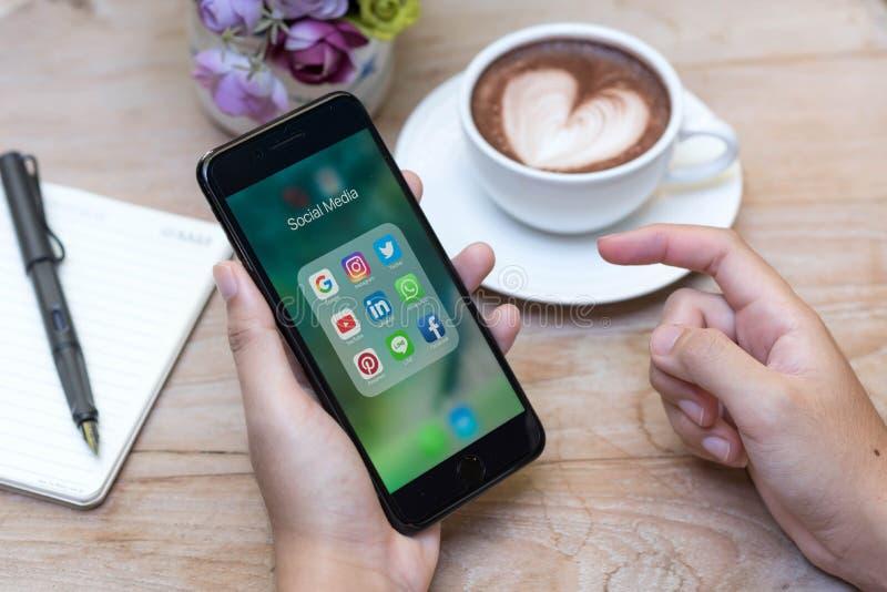 CHIANG MAI, TAILÂNDIA - 14 de novembro de 2016: Mãos usando Iphone7 imagens de stock royalty free
