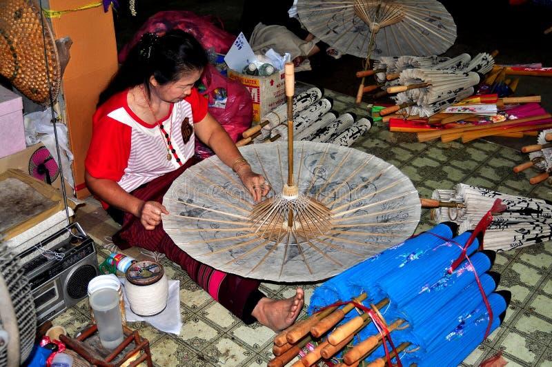 Chiang Mai, Tailândia: Mulher que faz um parasol imagem de stock royalty free