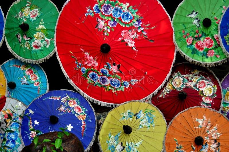 Chiang Mai, Tailândia: Parasóis de papel coloridos fotografia de stock