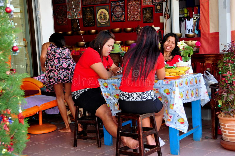 Chiang Mai, Tailândia: Senhoras tailandesas da massagem fotos de stock royalty free
