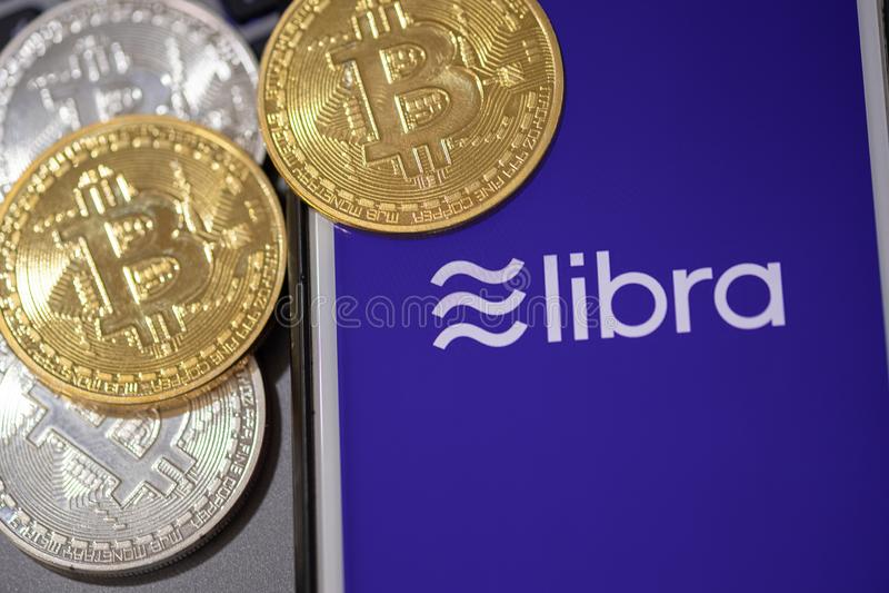 CHIANG MAI, TAILÂNDIA - JUNHO 19,2019: Cryptocurrency de Facebook da Libra e cryptocurrency do bitcoin, conceito das moedas da Li fotos de stock