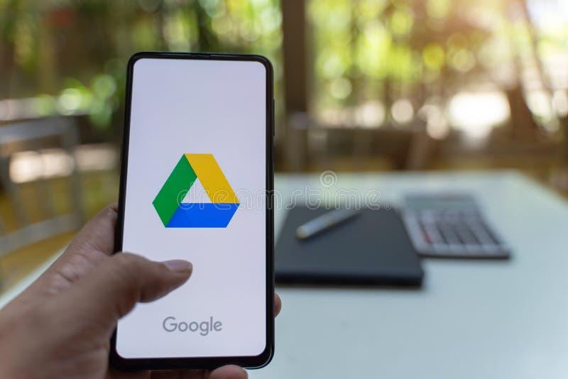 CHIANG MAI, TAILÂNDIA - maio 26.2019: Mande o homem segurar Xiaomi Mi Mix 3 com aplicativos do Google Drive na tela fotografia de stock