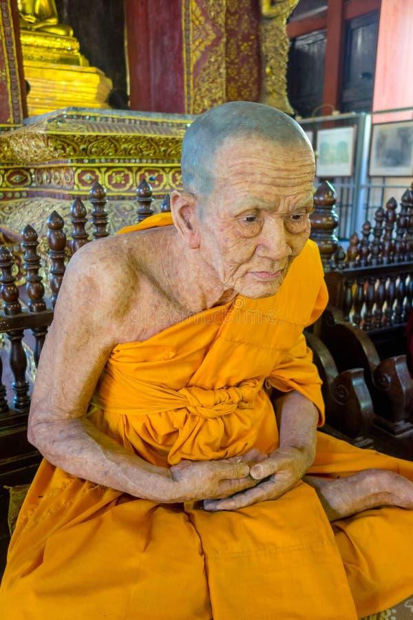 CHIANG MAI, TAILÂNDIA, O 6 DE MARÇO DE 2018: Vista surpreendente da estátua da cera da monge budista no templo imagem de stock