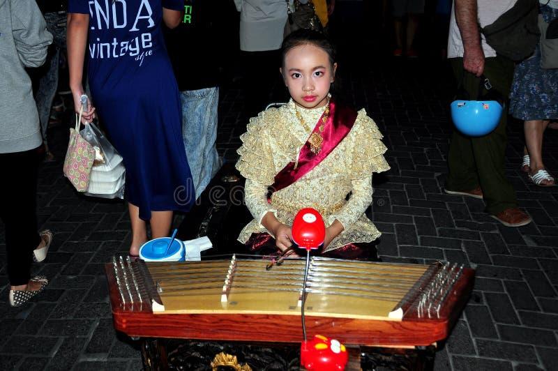 Chiang Mai, Tailandia: Bambina che fa musica fotografie stock
