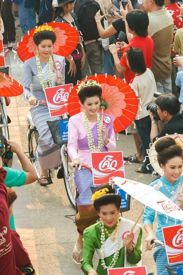 CHIANG MAI, TAILANDIA - 13 DE ABRIL: Undentified hermoso con la mujer tradicionalmente vestida en desfile en el festival de Songk foto de archivo