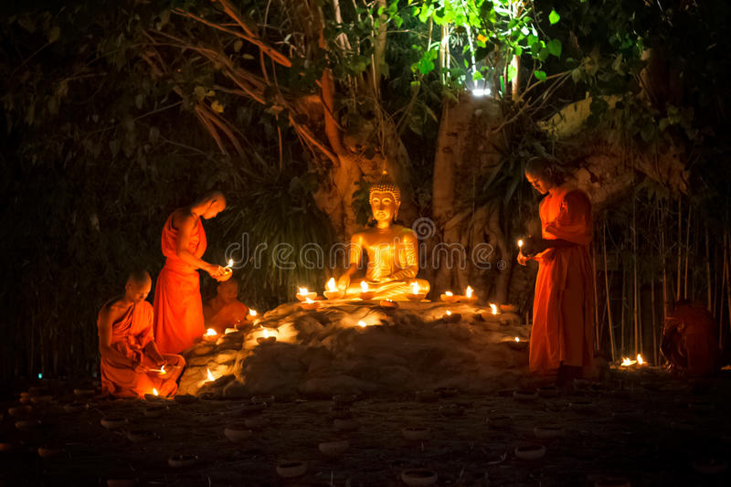 CHIANG MAI, TAILANDIA - 25 DE FEBRERO: Fuego no identificado del monje budista foto de archivo libre de regalías