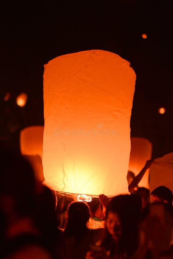 CHIANG MAI, TAILANDIA 25 de octubre: Yee Peng Festival - lanzamiento f de la gente foto de archivo