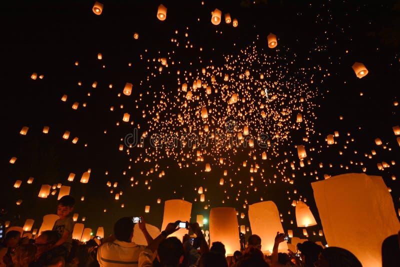 CHIANG MAI, TAILANDIA 25 de octubre: Yee Peng Festival - lanzamiento f de la gente imagenes de archivo