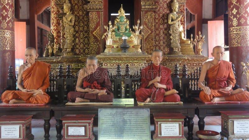 CHIANG MAI, TAILANDIA - 19 FEBBRAIO 2013: Statue della cera di meditare i monaci nel tempio di Wat Phra Singh Buddhist in Chiangm fotografia stock libera da diritti