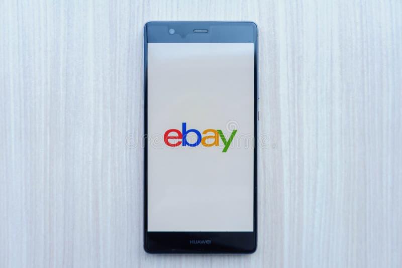 CHIANG MAI, TAILANDIA - febrero 22,2018: Teléfono móvil de HUAWEI con los apps de eBay en la pantalla en la tabla eBay es uno del fotografía de archivo