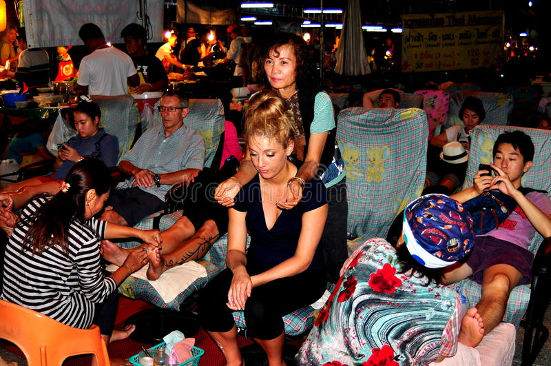 Chiang Mai, Tailandia: Gente que consigue masaje del pie imagen de archivo libre de regalías