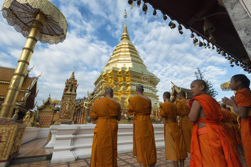 Chiang Mai, Tailandia - 17 giugno 2017: Monaci e principianti che pregano a Phra quel Doi Suthep fotografie stock libere da diritti