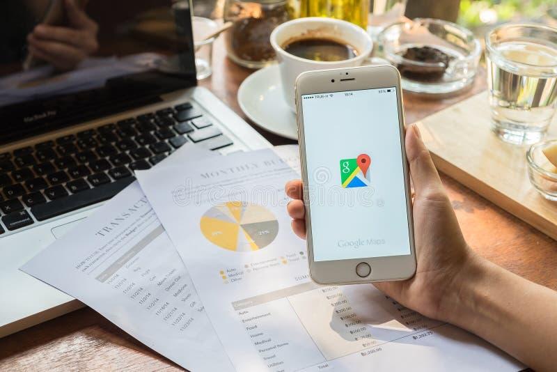 CHIANG MAI, TAILANDIA - 9 MAGGIO: Mano della donna che tiene IPHONE 6 PIÙ con l'applicazione o di Google Maps Google Maps è un se fotografia stock libera da diritti
