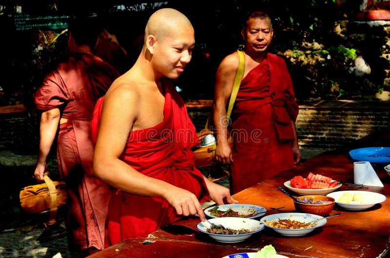 Chiang Mai, Tailandia; Monje que come el almuerzo fotografía de archivo libre de regalías