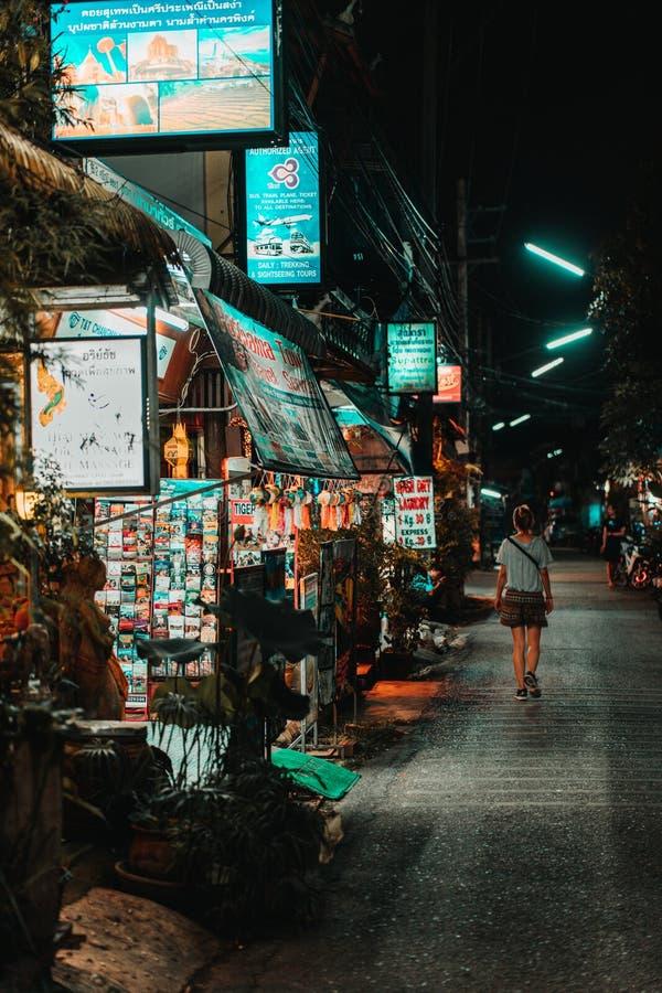 Chiang Mai, Tailandia, 12 16 18: Muchacha del inconformista que camina solamente en las calles Algunos negocios están todavía abi fotografía de archivo libre de regalías