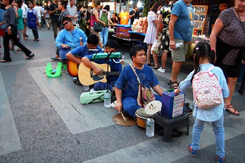 CHIANG MAI, TAILANDIA - 25 NOVEMBRE 2017: Concerto dei musicisti dei ciechi della banda al mercato di notte fotografia stock libera da diritti