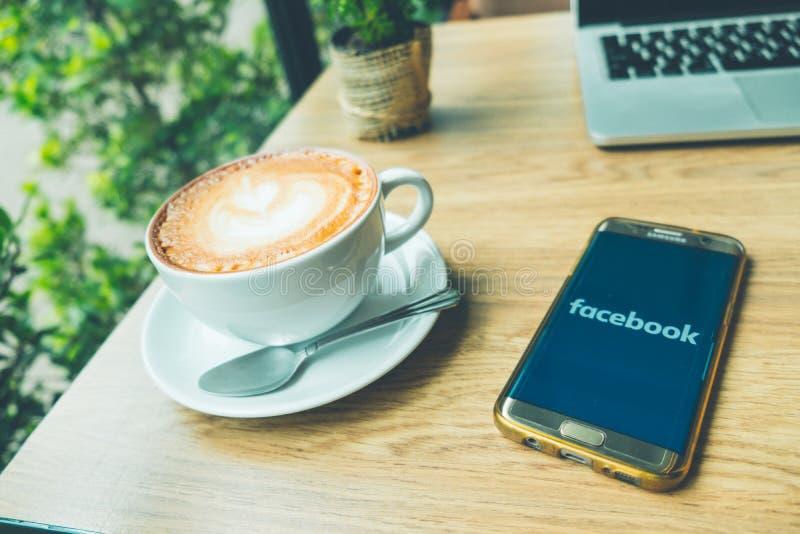 CHIANG MAI TAJLANDIA, Czerwiec, - 26,2018: Latte gorąca kawa w bielu zdjęcie stock