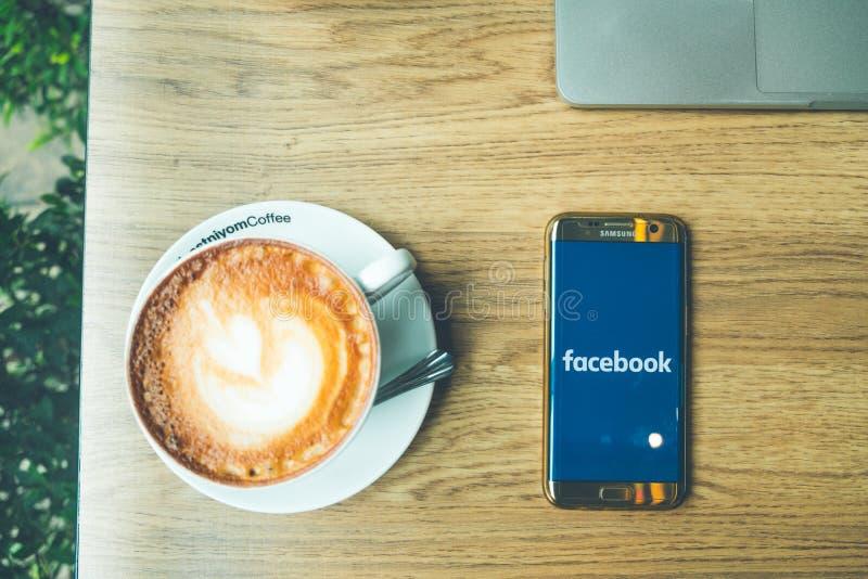 CHIANG MAI TAJLANDIA, Czerwiec, - 26,2018: Odgórny widok Latte gorący coffe zdjęcia royalty free