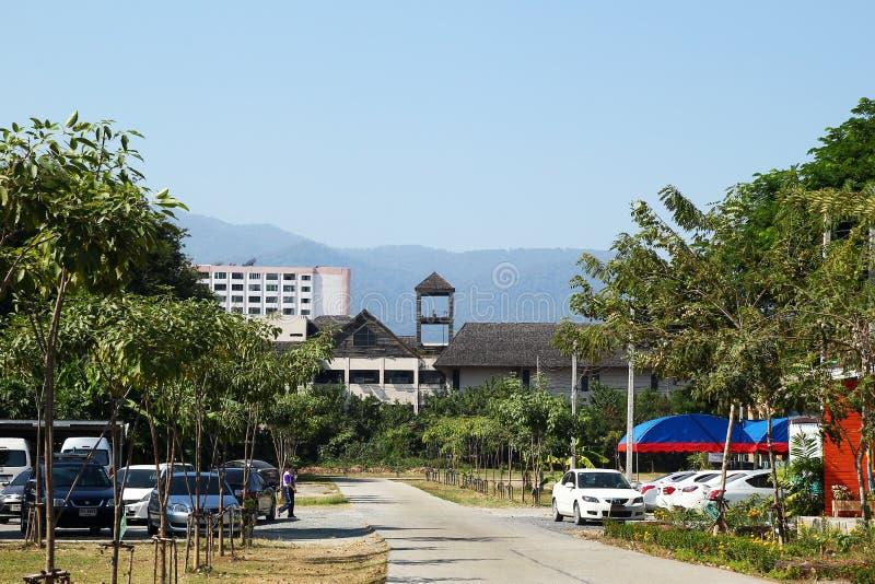 Chiang Mai Tajlandia, Grudzień, - 20, 2017: Miasto widok na drodze, parking, wieżowach i górach, fotografia stock