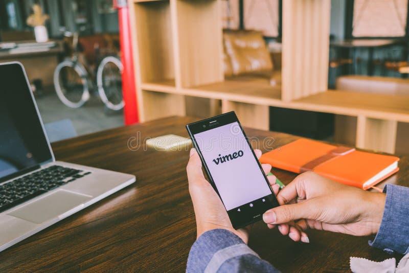 CHIANG MAI TAJLANDIA, Lipiec, - 7,2018: Mężczyzna trzyma telefonu komórkowego używać obrazy stock